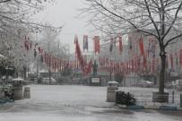 Manyas'ta Kar Yağışı Çocukları Sevindirdi
