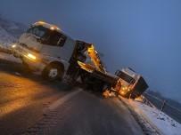 Yoğun Kar Nedeniyle Tır Yola Savruldu