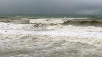Karadeniz'de Dalgalar Sahilleri Dövüyor