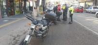 Motosiklet Yayalara Çarptı Açıklaması 2 Yaralı