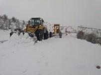 Adıyaman'da Kapalı Olan 20 Köy Yolunda Karla Mücadele Sürüyor