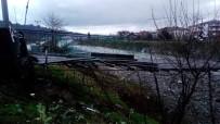 Asma Köprünün Halatları Kopunca Aracıyla Köprüde Asılı Kaldı