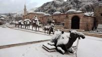 Tokat'ta Tarihi Çarşı Beyaz Gelinlik Giydi