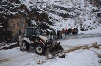 Kar Nedeni İle Kopan Elektrik Hatlarının Onarılmasına Köylüler De Yardım Etti