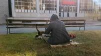 Cuma Namazına Gittiği Camide Üşüyen Kediyi Kucağına Alarak Isıttı
