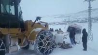 Buzlu Yolda Şarampole Düşen Midibüs Yol Açma Dozeri İle Kurtarıldı