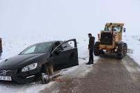 Karda Mahsur Kalanları Ekipler Kurtardı