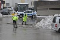 Polisler Ellerine Kürek Aldı, Yolda Biriken Kar Birikintilerini Temizledi
