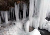 Bayburt'ta Sırakayalar Şelalesi Buz Tuttu