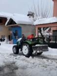 Köy Muhtarı Traktörle Yolları Açtı