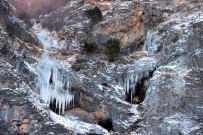 (Özel) Buz Tutan Şelale Görenleri Mest Ediyor
