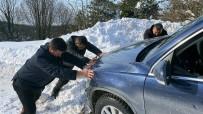 2 Metreye Yakın Karda Mahsur Kalınca Yardımına Başkan Koştu