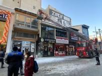 Ağrı Belediyesi Tehlike Saçan Buz Sarkıtlarını Kırdı