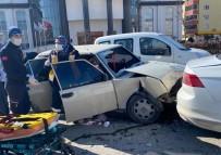 Kırmızı Işıkta Bekleyen Otomobile Arkadan Çarptı, 3 Yaralı