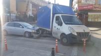Boş Yolda Kamyonet İle Otomobil Çarpıştı