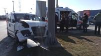 Kısıtlamada Hafif Ticari Araçlar Çarpıştı Açıklaması 2 Yaralı