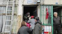 Alevlerin Arasına Dalan İtfaiye Ekipleri 3 Kişiyi Yanmaktan Kurtardı