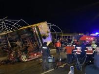 Sakarya'da Feci Kaza, Kamyon 2 Aracın Üzerine Devrildi