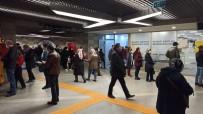 Bursa'da Ulaşım Kartına HES Kodu Tanıtmak İsteyen Vatandaşlar Uzun Kuyruklar Oluşturdu