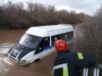 Selde Mahsur Kalan Minibüs İçerisindeki 9 Kişi Merdivenle Kurtarıldı