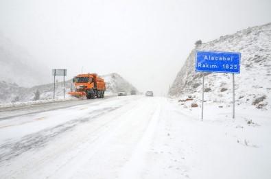 Antalya-Konya Karayolunda Kar Kalınlığı 10 Santimetreye Ulaştı