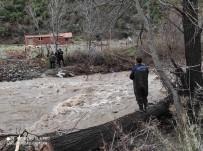 Balıkesir'de Köprü Yıkılması Sonucu Mahsur Kalan Baba Ve Oğlunu İtfaiye Kurtardı