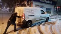 Kar 10 Santimetreyi Aştı Açıklaması Araçlar Yolda Kaldı, İterek Kurtarmaya Çalıştılar
