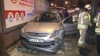Kontrolden Çıkan Otomobil Reklam Panolarına Çarparak Durdu Açıklaması 2 Yaralı