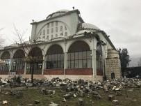 Manisa'da Fırtına Cami Minaresini Devirdi