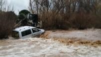 Sel Sularına Kapılan Araç Dereye Sürüklendi