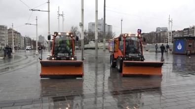Taksim'de Kar Küreme Araçları Hazır Bekliyor