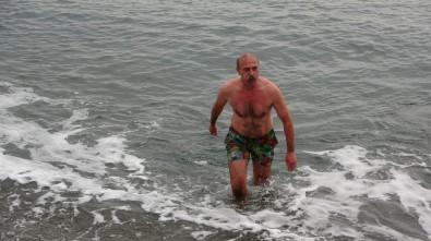 Yaş Kış Demeden Her Gün Denize Giriyor
