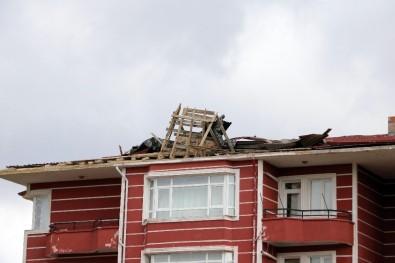 Yozgat'ta Şiddetli Rüzgar Bir Apartmanın Çatısına Zarar Verdi
