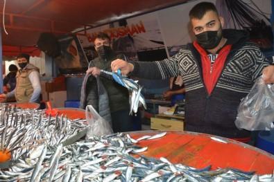 Aliağa Pazarında Balık Çeşitleri Tezgahları Süslüyor
