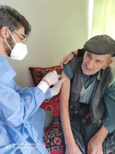 Besni'de Mobil Ekipler Yaşlıları Aşılamaya Devam Ediyor