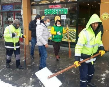 Besni'nin Kaldırımları Kardan Temizleniyor