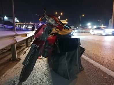 D-100'De Duran Otomobile Çarpan Motosikletli Yaralandı