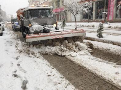 Gölbaşı'nda Kar Temizleme Çalışmaları Sürüyor