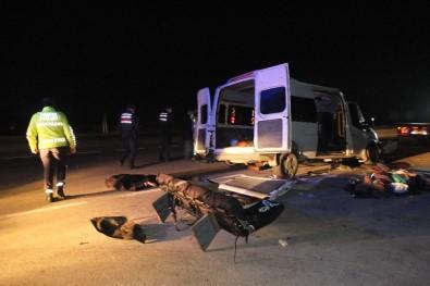 İşçi Taşıyan Minibüs TIR'a Çarptı  Açıklaması 3 Ölü, 9 Yaralı