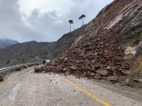 Kayseri'deki Heyelan Yolu Ulaşıma Kapattı