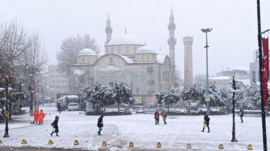 Malatya'da Kar Yağışı Etkili Oluyor