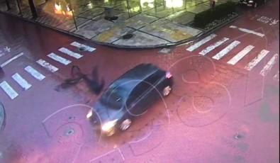 Otomobilin Çarptığı Bisiklet Sürücüsü Havada Takla Attı