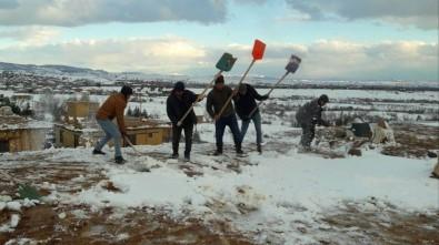 Sonsuz Şükran Köyünde Toprak Damlı Kerpiç Evlerde Kar Küreme Mesaisi