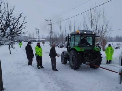 Yoğun Kardan Araçlar Yolda Kaldı, Karayolu Ulaşıma Kapandı