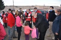 Başkan Sarı, Kızılay Gönüllüleriyle 5 Köyde 350 Çocuğa Kışlık Mont Dağıttı
