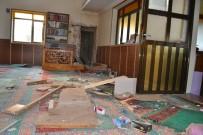 Manisa'da Caminin Minaresine Yıldırım Düştü