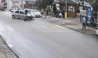 Bolu'da Motosikletin Otomobile Çarpma Anı Güvenlik Kamerasında