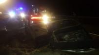 Tosya'da Otomobil Menfeze Çarptı Açıklaması 3 Yaralı