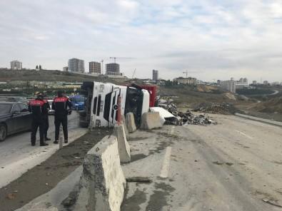 Basaksehir'de Hurda Yüklü Tir Devrildi, Sürücü Cami Kirarak Disari Çikti
