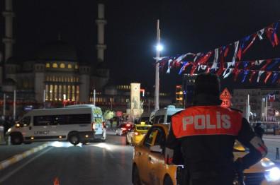 Taksim'de Polisin Denetledigi Taksiciye Yoldan Geçen Kadindan Küfürlü Tepki